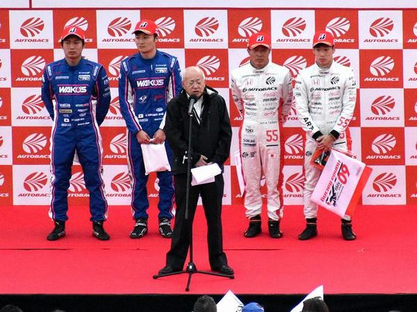 挨拶する板東GTA代表と両クラスのドライバーチャンピオン
