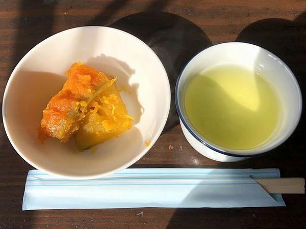 お茶とサービスで出てきたかぼちゃの煮物