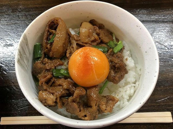 炙り肉ニラ丼 330円(税別)