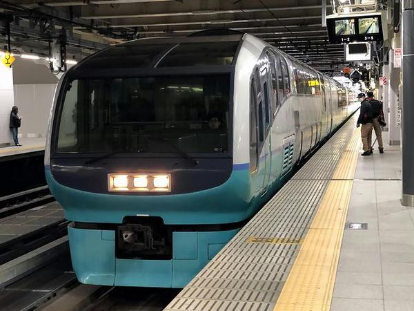 新宿駅に入ってくるおはようライナー新宿26号