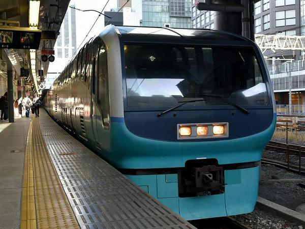 新宿駅に停車中の特急スーパービュー踊り子3号