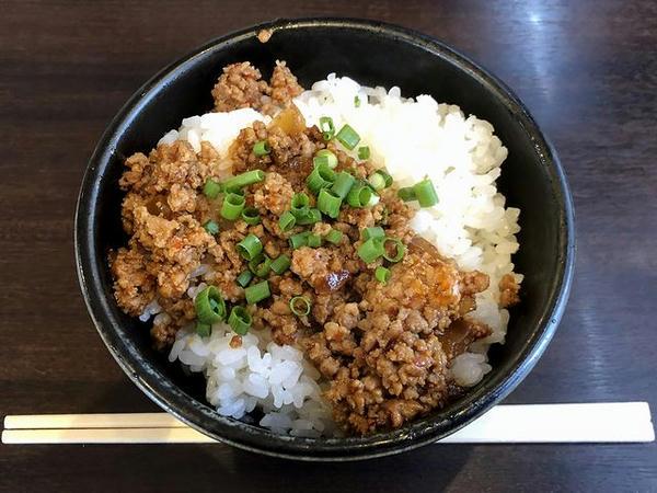 ピリ辛ひき肉丼 300円のところガチャガチャ3等で100円