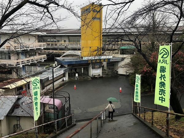 堤防上の道から見た笠松競馬場正門付近