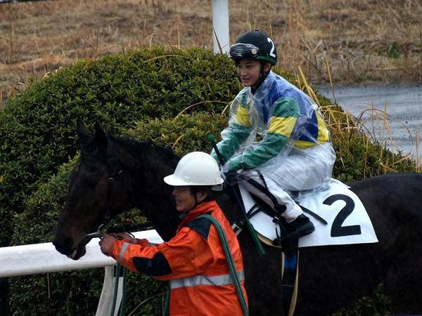第3レースのパドックで騎乗する関本騎手