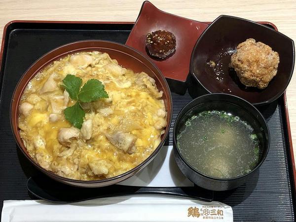 三和の純鶏名古屋コーチン親子丼 しょうゆ麹唐揚げセット 1120円(税別)