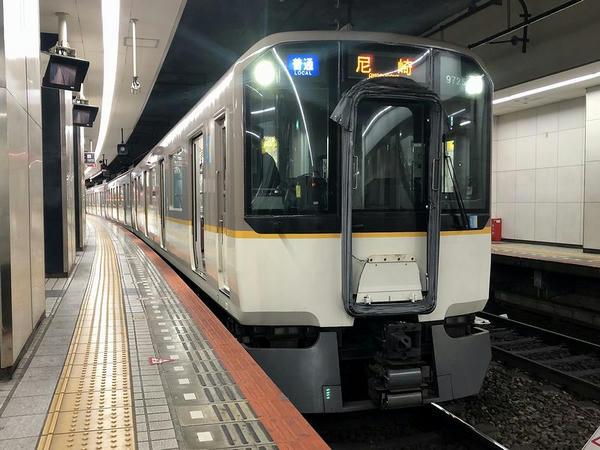 大阪難波駅に停車中の尼崎行き普通列車