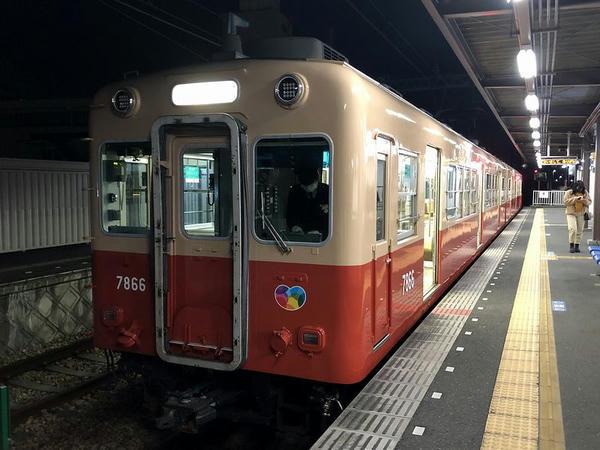 武庫川団地前駅に停車中の武庫川行き普通列車