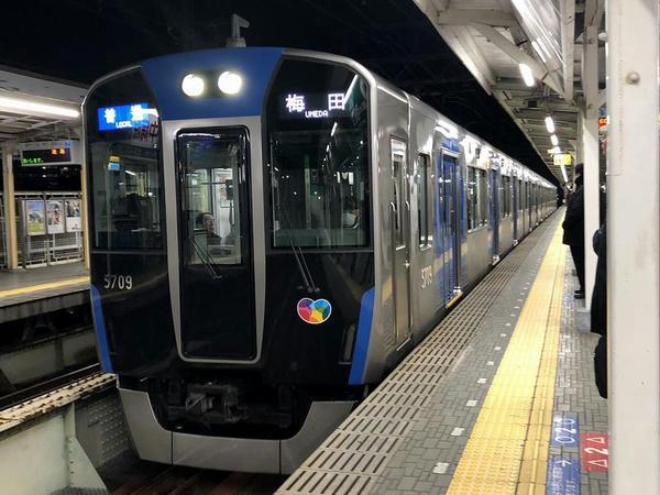 武庫川駅に入ってくる大阪梅田行き普通列車