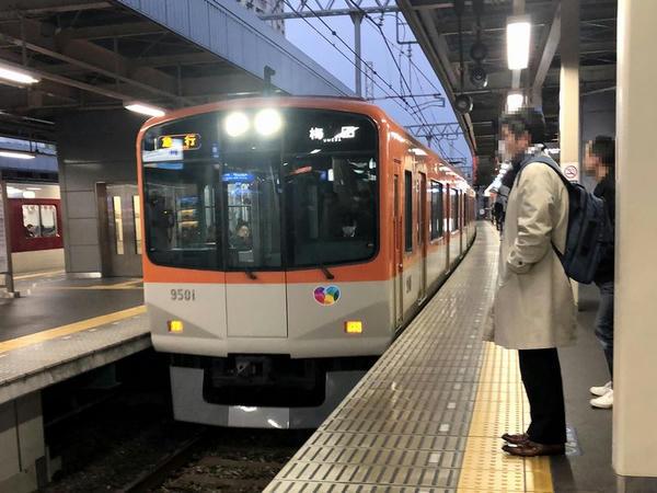 尼崎駅に入ってくる大阪梅田行き急行列車
