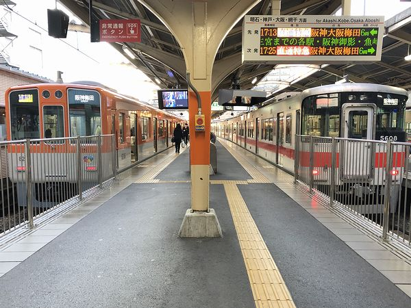 山陽姫路駅に停車中の大阪梅田行き直通特急列車