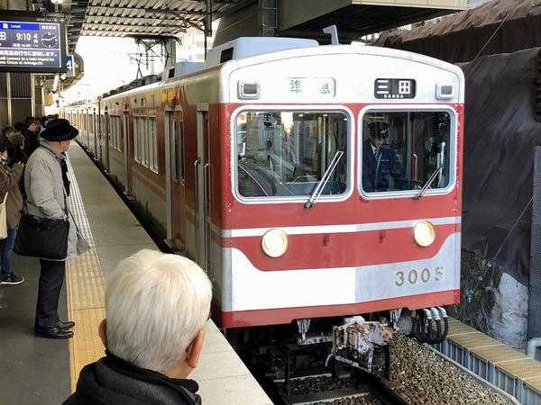 鈴蘭台駅に入ってくる三田行き準急列車
