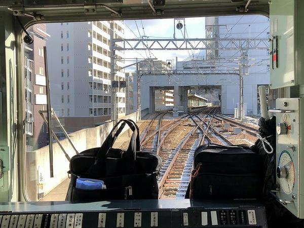 谷上駅進入