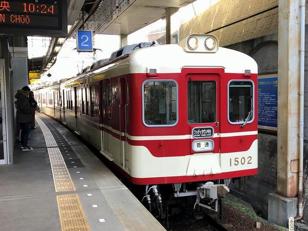 横山駅に入ってくるウッディタウン中央行き普通列車