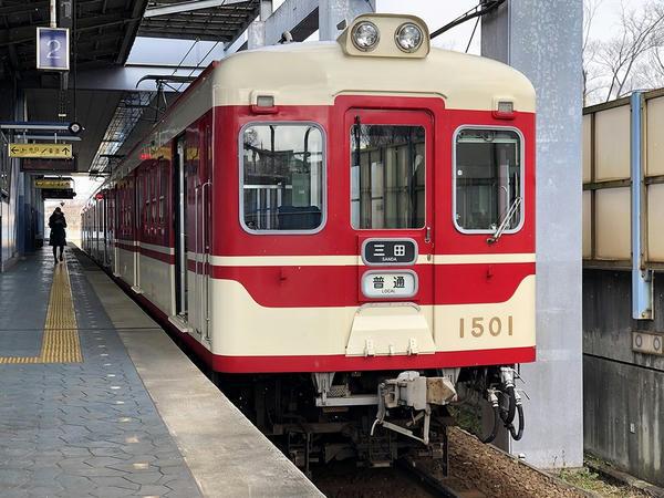ウッディタウン中央駅に停車中の三田行き普通列車