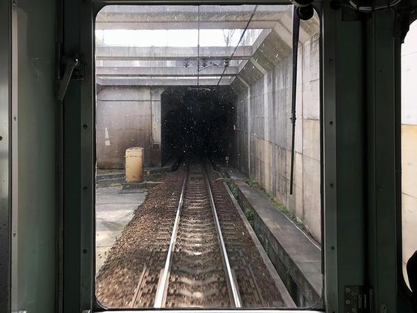 フラワータウン駅-横山駅間(1つめのトンネル進入)