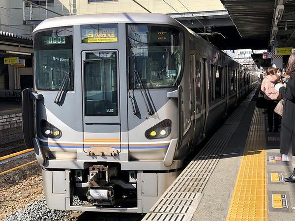 三田駅に入ってくる大阪行き丹波路快速列車