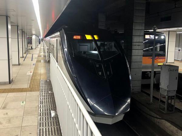 京成上野駅に停車中の成田空港行きスカイライナー51号