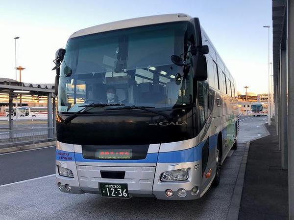 成田空港第3ターミナルバス停に入ってくるマロニエ号