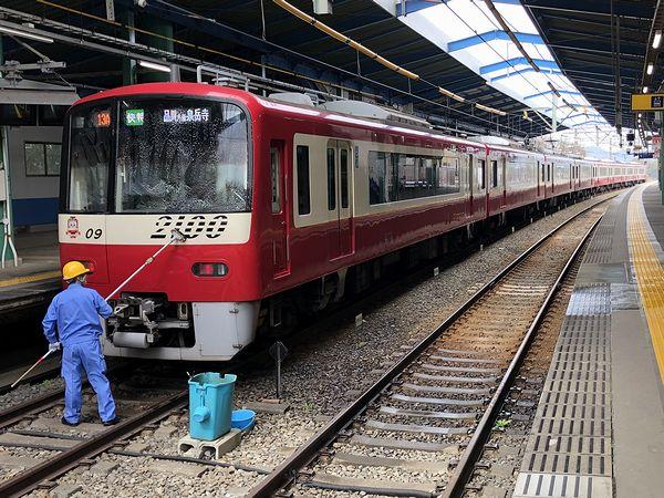 三崎口駅に停車中の泉岳寺行き快特列車