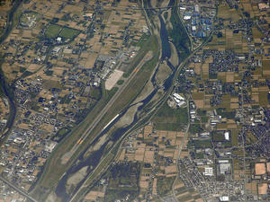 800px-Toyama_airport_as_seen_from_air_20080916.jpg