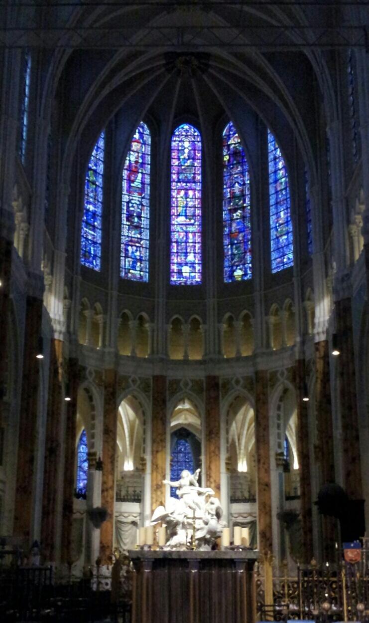 なかなか綺麗ですよねー。しかし、KAzの興味はこちら。ここまでデカイ十字... シャルトル大聖堂
