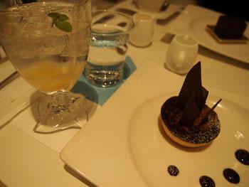 ケーキと桃ジャム入りのソーダ