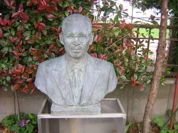 初代社長様銅像