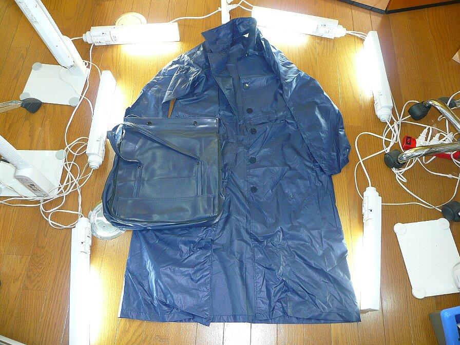 合皮製バッグとレインコート