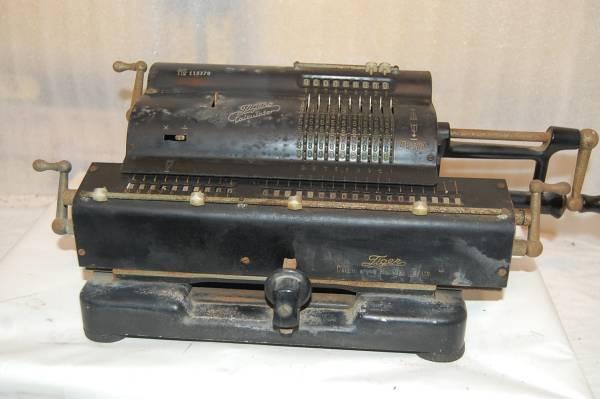 昔の手回し計算機