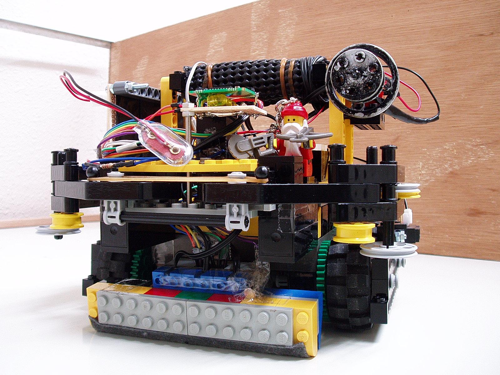 Radium機・・・今から約2年前まで使用していた機体です。この前のオープンキャンパスの際に持ってきてからずっと学校にいる私物ロボットです。