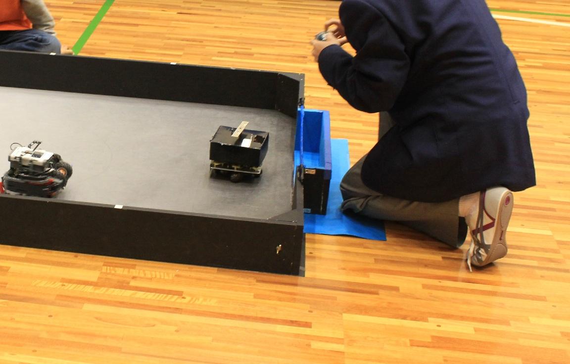 チーム「こりおり」、一緒に2009年度のジャパンオープンでレスキューセカンダリマルチチームの競技で全国優勝(笑)した仲間です。今年は一人(?)でサッカーロボットを2台作ってきていまいた。どうやらしばらく徹夜続きでお疲れの様子・・・