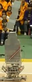 産技品川Bの高専ロボコンの第1試合の写真です。僕実はこの大惨事(笑)は生で見てないんですよね。後で聞いて初めて知ったという・・・
