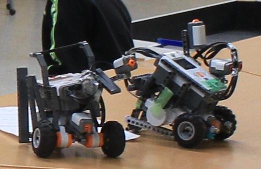 NXTのサッカーロボットです。やっぱりサッカーだとロボデザイナーや自作機に比べて機動力が低くなってしまうようでしたね。