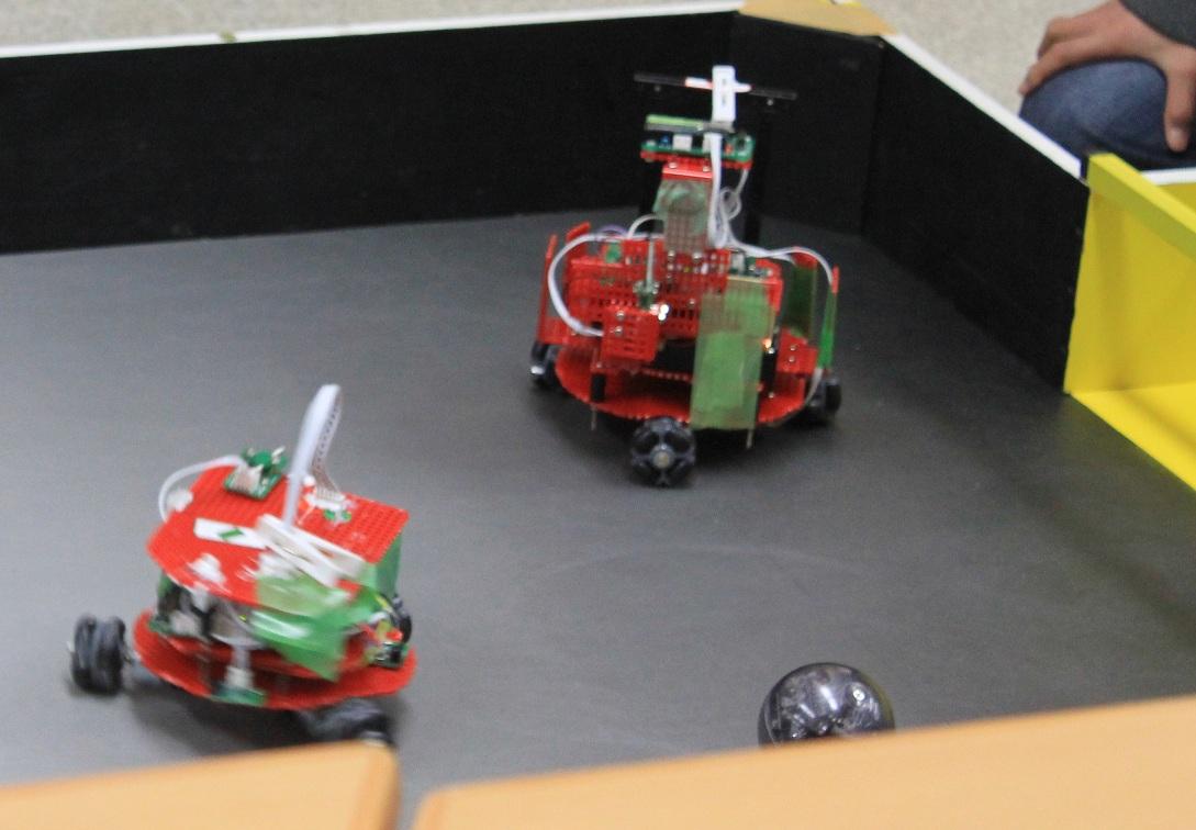 ロボデザイナーで作られたサッカーロボットです。ロボデザイナーのロボットはこれに似た形のものが多かった記憶があります