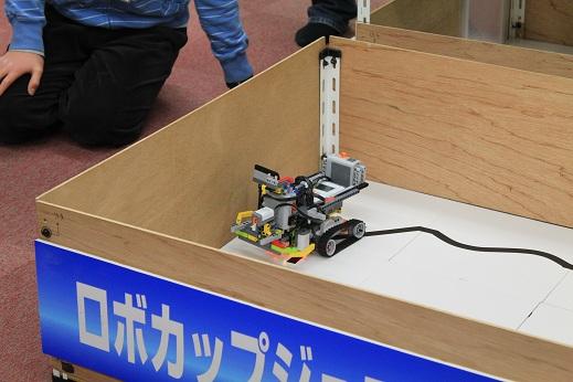 最強キャタピラーズのロボットです。重・・・戦車?  なんと、テクニックの新型電池ボックスを2つも搭載しているとのことです。