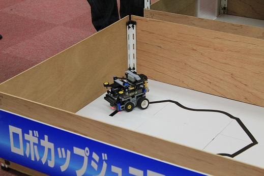 チームORのロボットです。RCXを使用してかなり小さくまとめられていますね。なんかいいなぁ。こういうロボット。