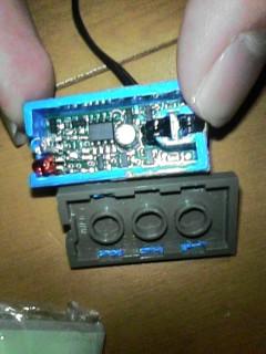 RCXライトセンサーの内部です。真ん中にLM358?らしきICとコンデンサ、そして左端にはLEDとフォトトランジスタが確認できます。あとは小さすぎて写真じゃわかりませんね・・・