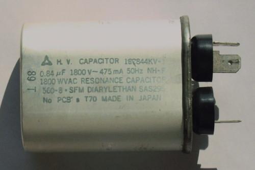 電子レンジに入っているコンデンサです。よくレールガンなどの作成で使われますよね。