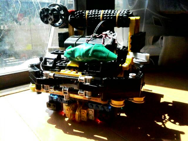 2008年ロボカップジュニア東京ノード出場時のロボットです。ガトリングの位置が左右逆になってたり、バンパーにガイドローラーがついていたり。