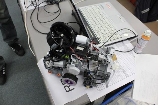 RYUのロボット。NXT2台積みの超重量級のロボットです。一体どこから突っ込めばいいのやら・・・車検が凄く楽しかったです♪