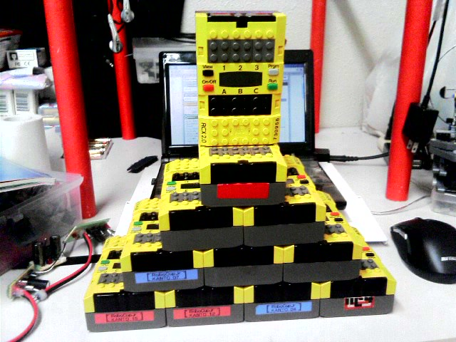 RCXがたくさんあるとつい、積み上げたくなる・・・癖ですね。流石にタワーは危険だったのでピラミッドにしてみました(笑)
