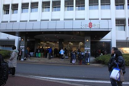 ロボカップジュニア2012関東ブロックの受付です。まだ早い時間(でもなかったから)人がいっぱいです。柱にLα+ロボットがいっぱいいるような・・・。