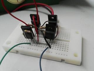 ブレッドボードで作ったFETのモータードライバ。火葬する感覚で電気を流してみたのですが・・・。