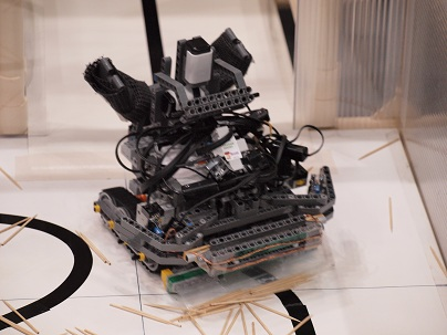 ライントレース中のロボットの写真。これがあの有名なSAINⅩⅢです(笑)