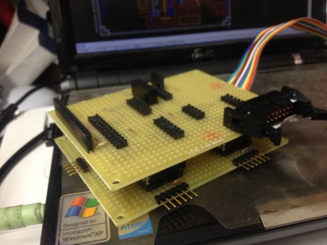 今回作成した・・・というか作成途中のPIC回路です。PICが見えない・・・