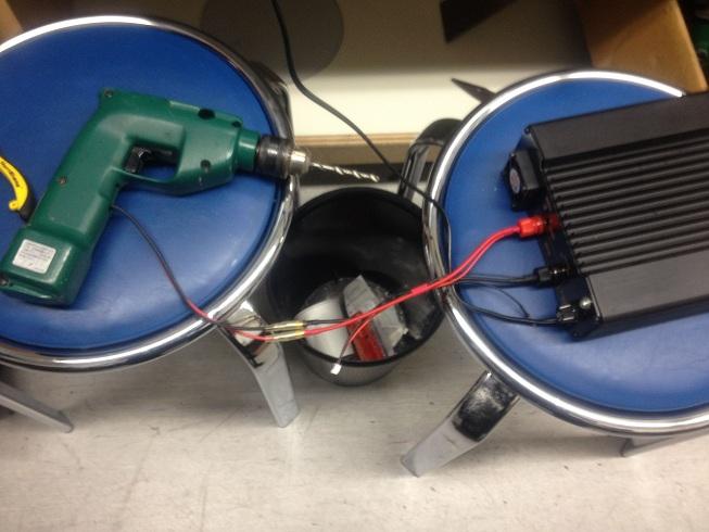 電源装置に接続された元充電池式の電動ドライバーです。中に入っていた電池の方はお亡くなりになられていたので回収しました。