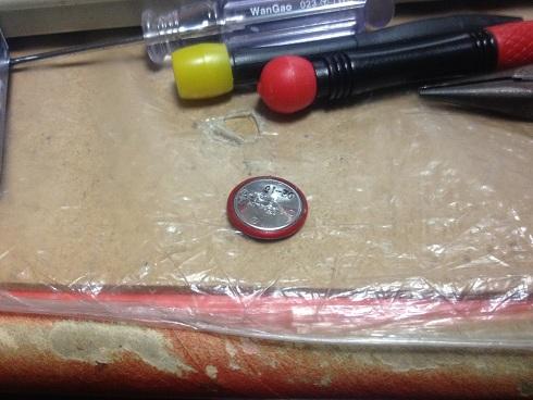 ルビーの電池。なんか縁がルビー色ですね