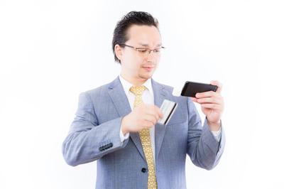 カードを利用する男性