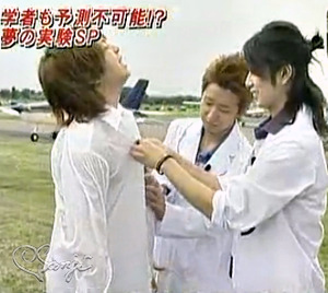 20060926 驚きの嵐!翔くんのYシャツのボタンを留めてあげる潤くんと智くん