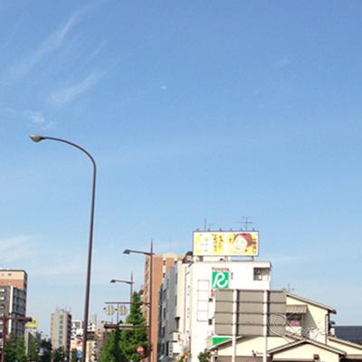 ビルの上のキリン一番搾りの広告大野くんバージョン